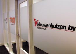 Belettering raampartij Bouwbedrijf Nieuwenhuizen
